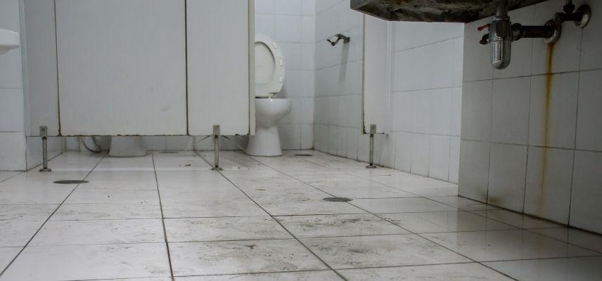 brudna toaleta